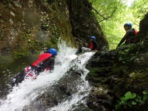 滝を登って源流を目指すシャワークライミング