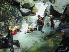 【明王谷コース】自然豊かな渓谷で、登りも下りも沢遊びを満喫!子どもから大人まで楽しめるコースです。