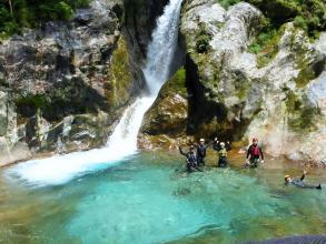 【前鬼川コース】青く美しい水は、関西屈指の抜群の透明度!自然豊かで美しい渓谷を登りも下りも楽しみます