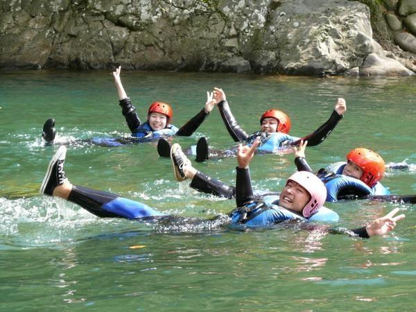 夏シーズンは、激流ラフティングだけじゃなく、飛び込みや水遊びも楽しめます!