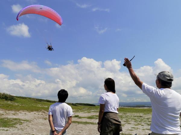 インストラクターが同上するタンデムフライトだから、安心して空中散歩を楽しめます。