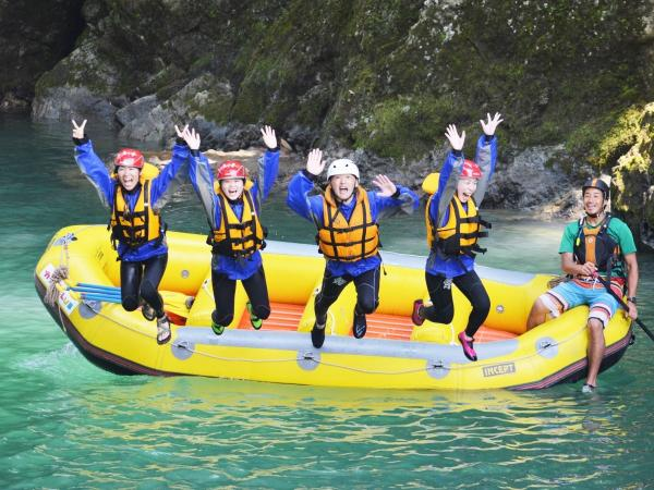 水遊びの気持ち良い夏は、泳いだり、飛び込んだり…ガイドがさまざまな遊びを紹介します!
