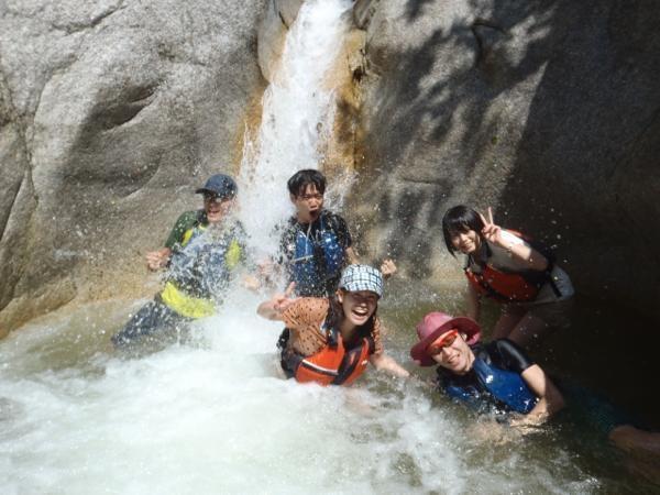遠足ツアーでは、秘密の沢を探険することも!奥には・・・魚がいっぱいの秘密の滝つぼが!!!