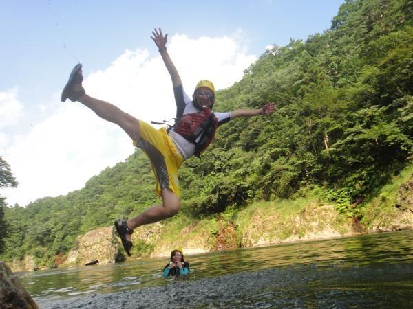 約4mの飛び込み、滝打ち、ライフジャケット浮遊体験・川流れ、バランスゲームなど川遊びも満喫!
