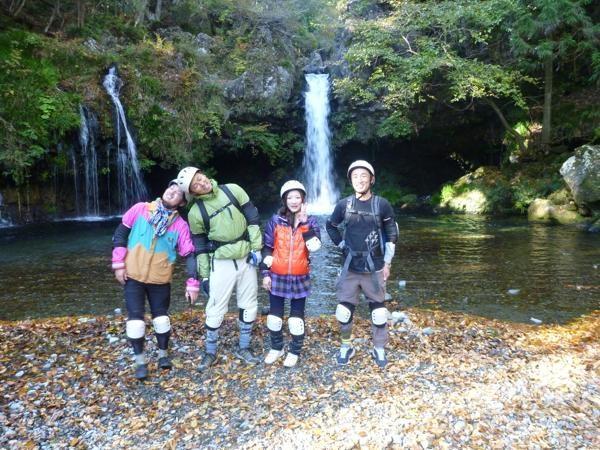 陣馬の滝でひと休みひと休み。冷たい水でのどを潤して、さぁ出発しよう。