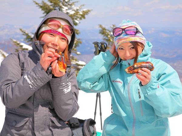 都会生活では決して味わえない雪の上でのランチタイム!ホットドックを上手にやけるかな?