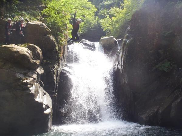 勇気ある者なら飛び込みもOK! もちろん天然プールで泳いだりもできるんです。