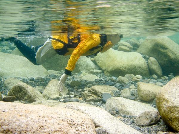 見よ!この透明度!プカーッと水に浮いたままで休憩。水深3m以上でも川底の石が見えてます。