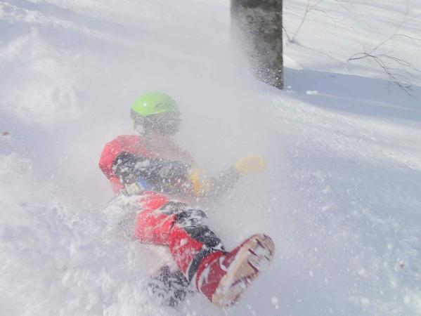 フワフワのパウダーが敷き詰められた斜面を、雪を舞い上げ滑り下りましょう!