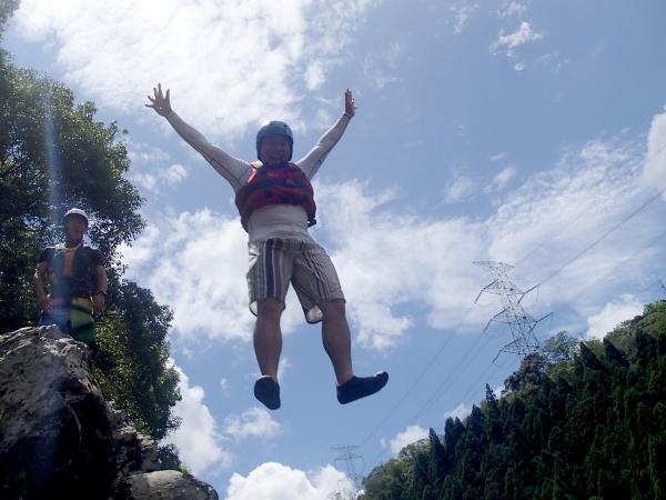 約4mの岩から飛び込んでみたり、ライフジャケットを付けて急流を泳いでみたりと普段出来ない楽しい体験が盛り沢山!