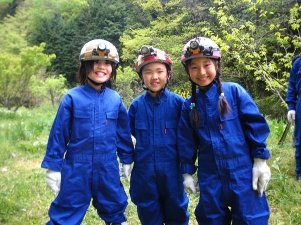 最も安全な洞窟をコースとしていますから、保護者同伴なら小学1年生から参加OK!