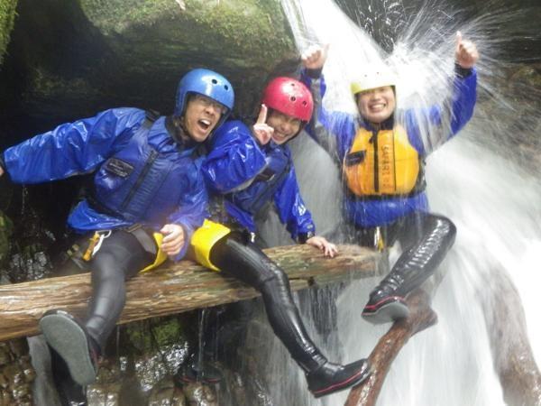 倒木で滝浴び!楽しすぎてのはしゃぎすぎにご注意!?