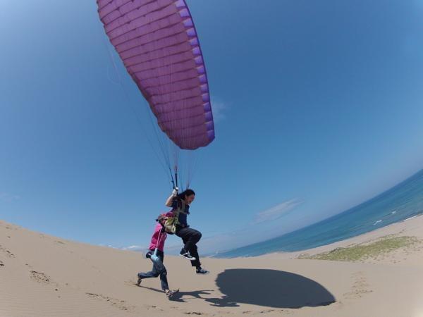 いざフライト!風をきって、足が砂丘から離れた瞬間、体験した人にしかわからない爽快感!!
