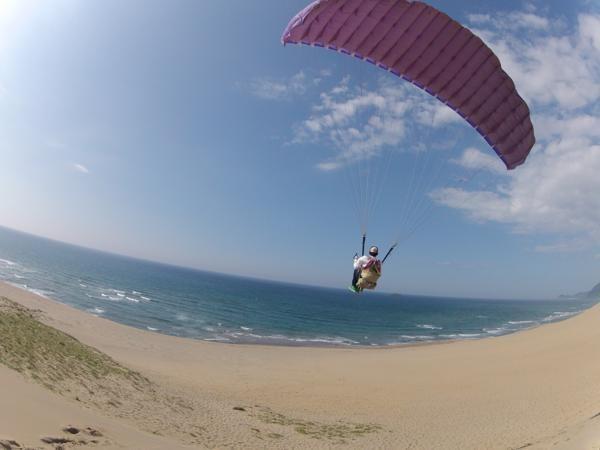 砂丘で体験するパラグライダーはとにかく爽快!