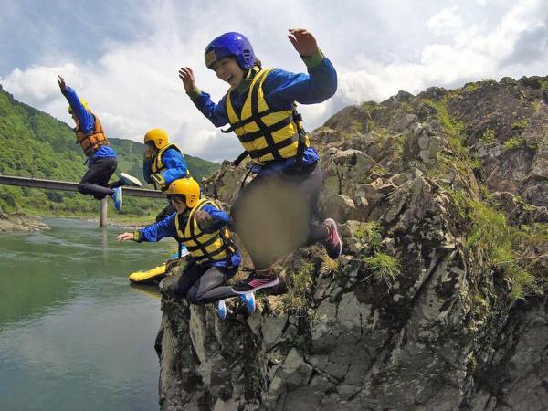 ただ下るだけじゃない!ポイントポイントでの川遊びも満載です。