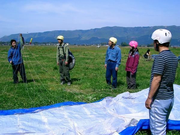 まずは機材・装備の説明&平地にて離着陸の練習