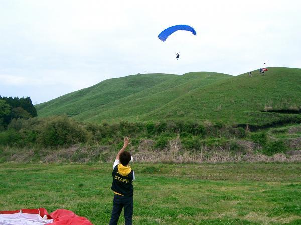 ワァ〜、飛んだー、気持ちいぃ〜! !インストラクターの指示のもと飛ぶから安心。