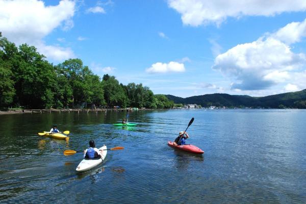 美しい山々に囲まれた野尻湖。水の上から素晴らしい景色を眺めましょう。