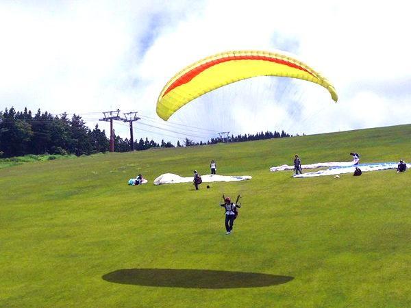 爽快!幅100m以上ある広大な芝生斜面を使用し、単独フライト《半日体験》