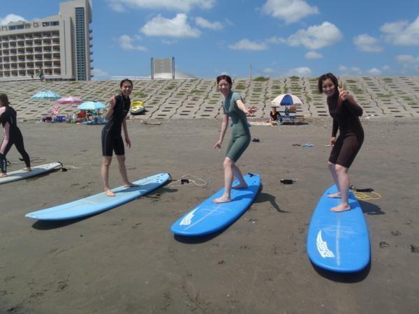 ルールやマナーを始め、陸上での練習方法では、サーフィンの基本姿勢等を分かりやすく丁寧に指導いたします。