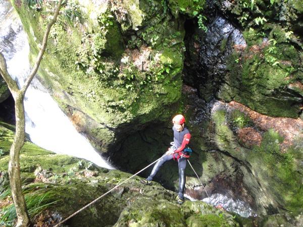 ロープを使って滝横の15mの壁を懸垂降下!まるでレスキュー隊か特殊部隊のよう!