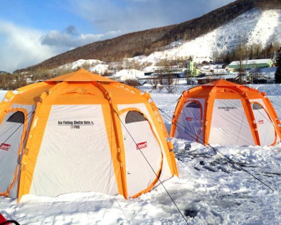 氷上にテントをはって寒さ対策もバッチリ☆彡