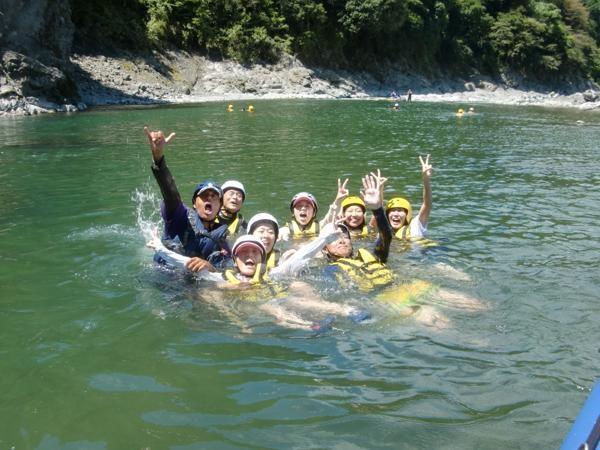 流れの緩やかな所では川に入ってリラックス!