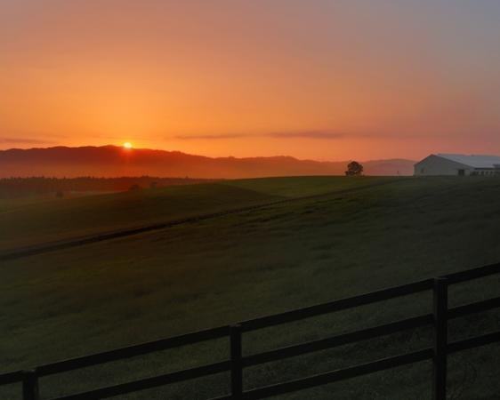 秋・冬には、出発時刻によって夕日の中でのホーストレッキングが楽しめます。