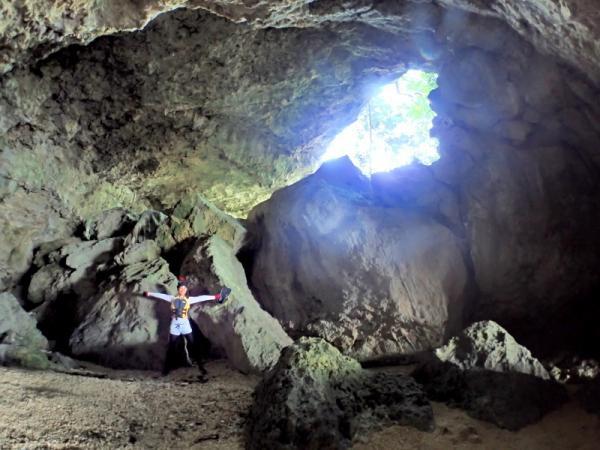 ダイナミックな洞窟内を探検しよう!