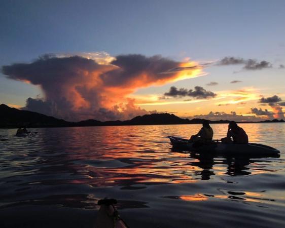 夕陽・月・星あかりの贅沢な空間!サンセットカヤックツアーもオススメです。