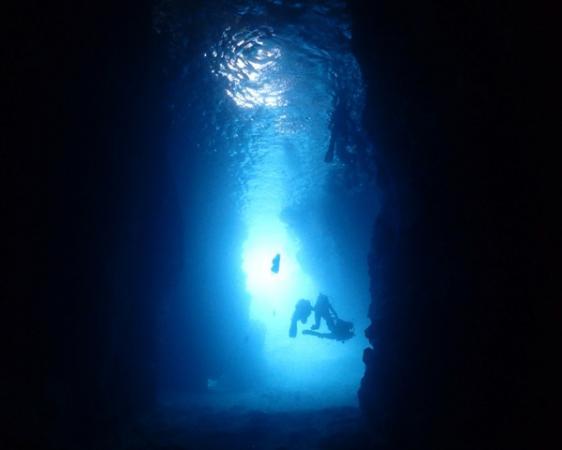 沖縄本島の人気グスポット「青の洞窟」。洞窟内で観る神秘的な「青の光」は忘れられない思い出になるはず!