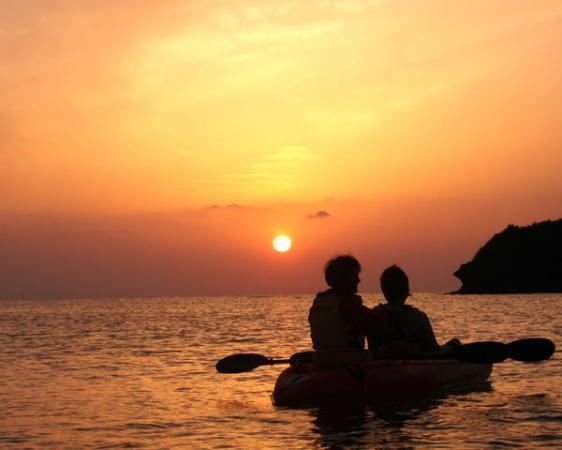 東シナ海に沈むロマンチックな夕陽をカヤックの上で見る【サンセットカヤック】