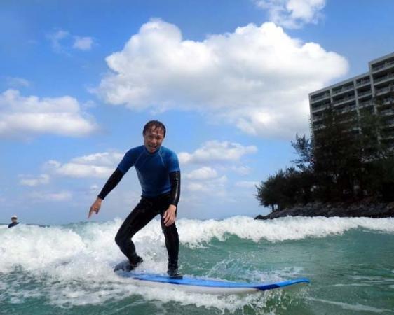 【初心者レッスン(ザ・入門)】では、「パドリングからテイクオフ、そして波をキャッチする」を目的にサポートします。