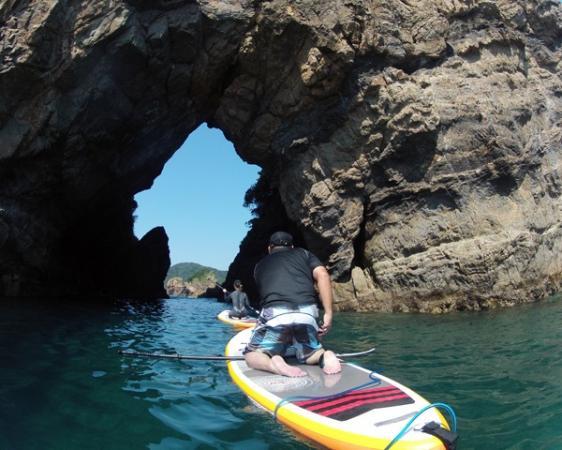 まるで象に見える奇岩『妙見浦の象さん岩』。有名なポイントをSUPで潜り抜けよう!