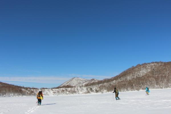 凍り付いた火口湖の上を歩いて行けるのはスノーシューだからこそ!
