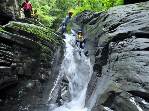 上りも下りも沢遊びを楽しみます。滝つぼにジャンプしたり、泳いだり、天然のウォータースライダーを滑り降りたり…全身を使って遊びましょう!