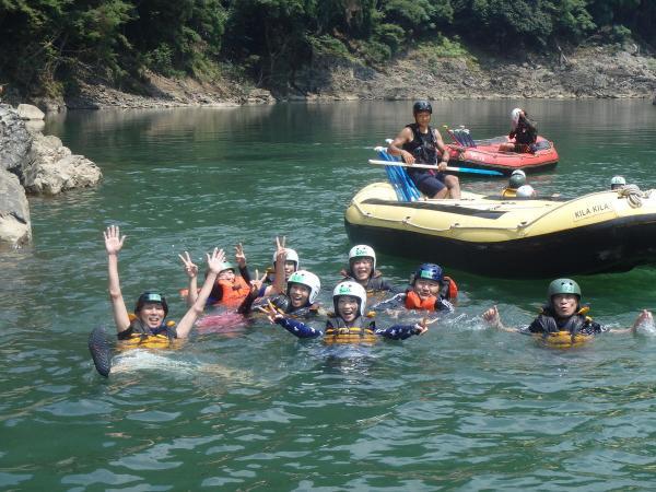流れの穏やかな箇所では泳いだり、ボートの上で遊んり、飛び込みにチャレンジしたり…たっぷり遊びながら楽しみます。
