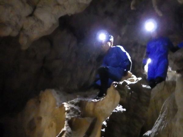 真っ暗闇の地下をライトで進む探検隊