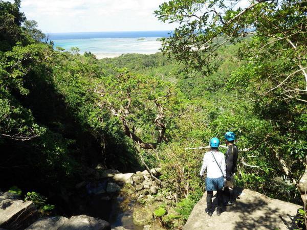 滝の上からはサンゴ礁や無人島を眺めることができます。