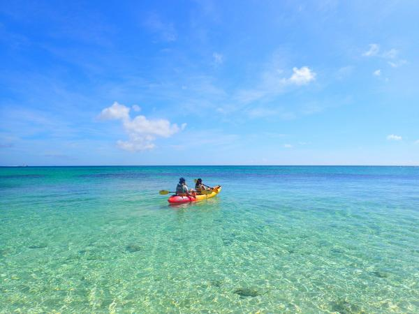 エメラルドブルーに光り輝く海面は、宮古島でも屈指の美しさ! 透明度抜群なので、カヤックに乗っていてもお魚の姿が見えるんです!