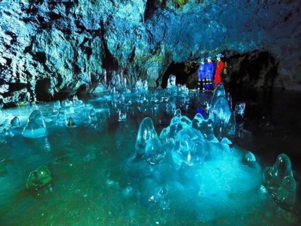 洞窟内は年中気温0℃!「氷柱」や「氷筍」の立ち並ぶ神秘的な氷の世界が広がります!