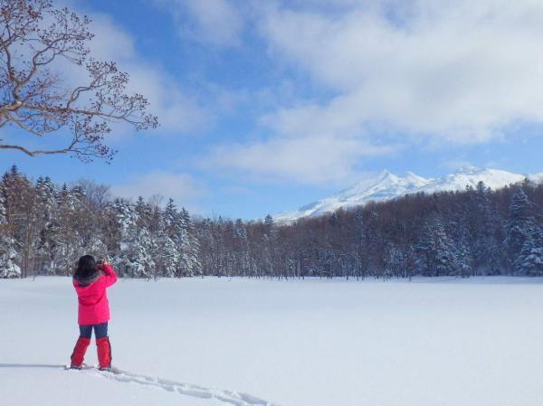 凍結した湖や雪をかぶった知床連山や、雪の白と溶岩の黒が美しい断崖絶壁など、見所が盛りだくさん!