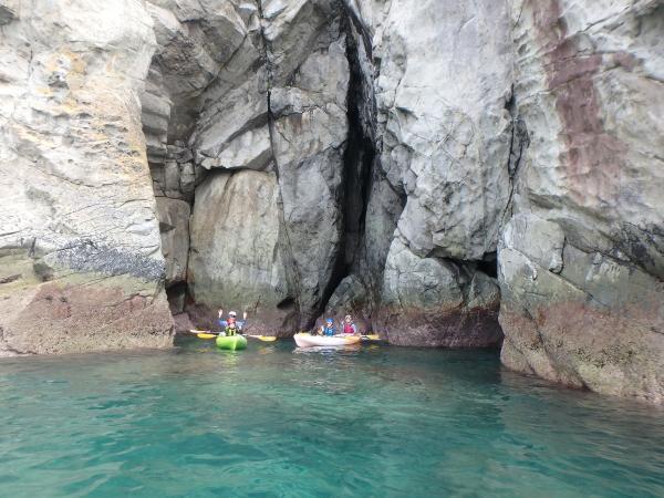 大迫力!30mを超える高さの断崖絶壁が続く海