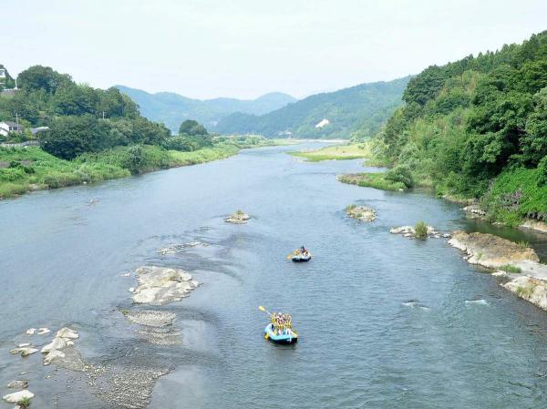川幅が広く、開放的な景色が続く日本三大急流「富士川」が舞台。