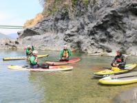 ボードから川底を覗いたり、隆起した溶岩や木々を眺めたり、ボードの上に寝転がったり…。自由度の高いSUPで、フリークルージングを楽しみましょう!
