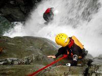 コース中最大の滝は落差約18m!この滝をどんな方法で安全に降りるのでしょうか?
