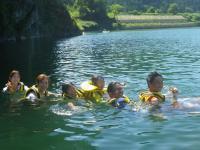 大きな天然プールで水をかけ合ったり!