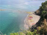 美しい浜を無人島の高台から。夏季はシュノーケルが最高。紀伊水道を一望する景観も宝石のよう。