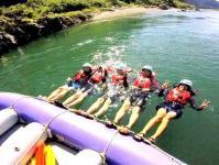 ボートを使った水遊びもたっぷりのラフティングツアー!