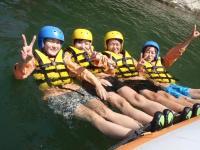流れの緩やかな場所では、ボート上でゲームをしたり、プカプカ浮いて遊んだり、高い岩から飛び込むことも!?